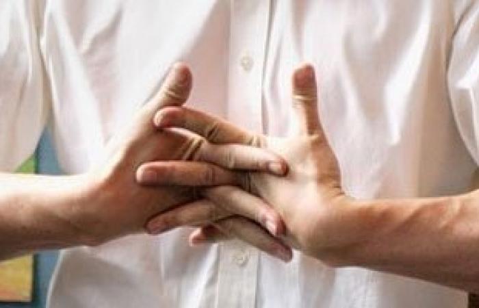 دراسة حديثة تكشف أسرار فرقعة الأصابع