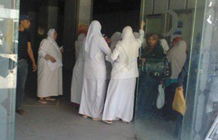 وقفة احتجاجية لمشرفات التمريض بمستشفى الفيوم العام لعدم صرف مستحقاتهن