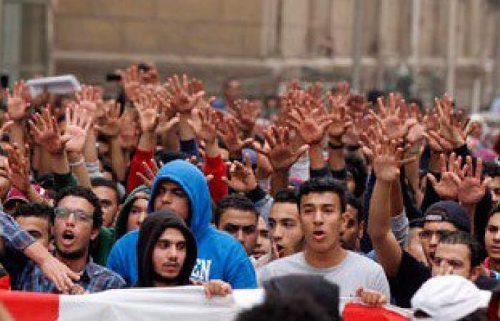 مسيرة لطلاب الإخوان تصل قبة جامعة القاهرة.. والأمن يغلق الأبواب بالحواجز
