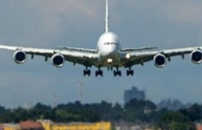 أتوبيس لنقل المسافرين يصدم قائد طائرة فى مدرج مطار عنابة بالجزائر