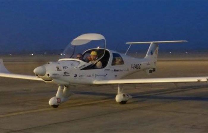 طيار فرنسى ومساعده يصلان مطار الأقصر ضمن رحلتهما حول العالم