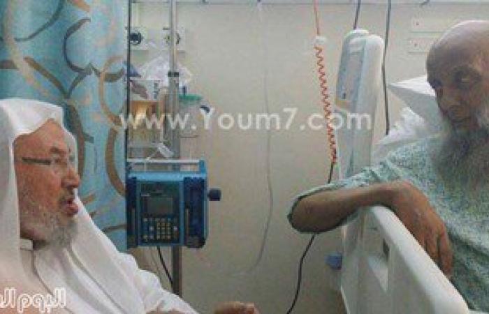 """""""القرضاوى"""" يزور أبو إسحق الحوينى بالعناية المركزة بمستشفى حمد فى قطر"""