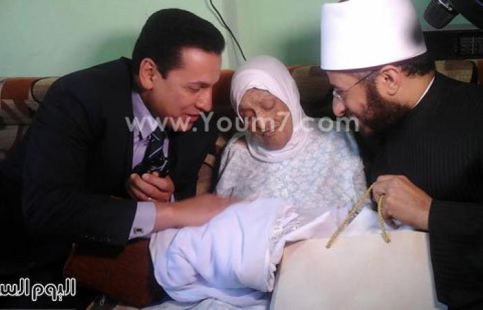 بالصور.. وفد رئاسى يسلم مسنة 102 عام تأشيرة حج بالحسينية فى الشرقية
