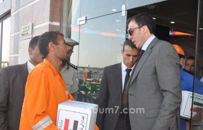 بالصور.. محافظ بنى سويف يوزع 200 شنطة رمضانية على عمال النظافة