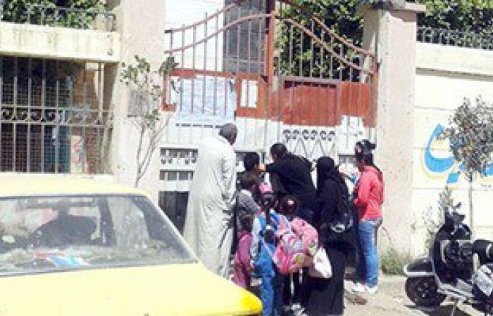 حبس 3 بلطجية اقتحموا مدرسة بأسلحة بيضاء وكلب لمعاكسة الطالبات بحلوان