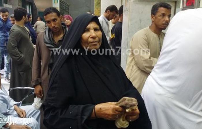 """العمة فتحية تتسلم 20 ألف جنيه من رجل أعمال بعد نشر قصتها بـ""""اليوم السابع"""""""