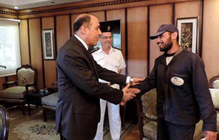 مساعد وزير الداخلية لشرطة النقل يكرم عامل نظافة بالسكة الحديد لأمانته