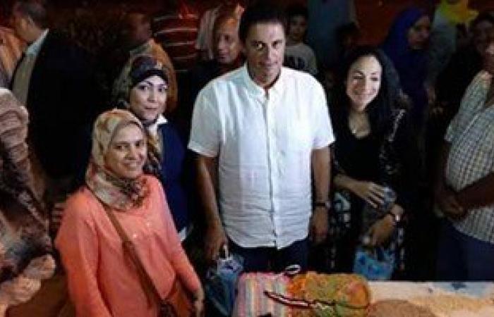 زوجة محافظ الإسكندرية ترافقه فى افتتاح معرض للمشغولات اليدوية