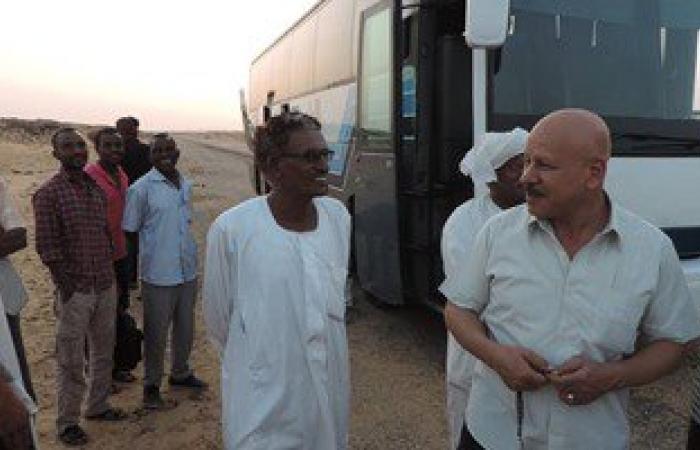 مدير أمن أسوان يوزع وجبات إفطار على ركاب سودانيين بأتوبيس تعرض للعطل