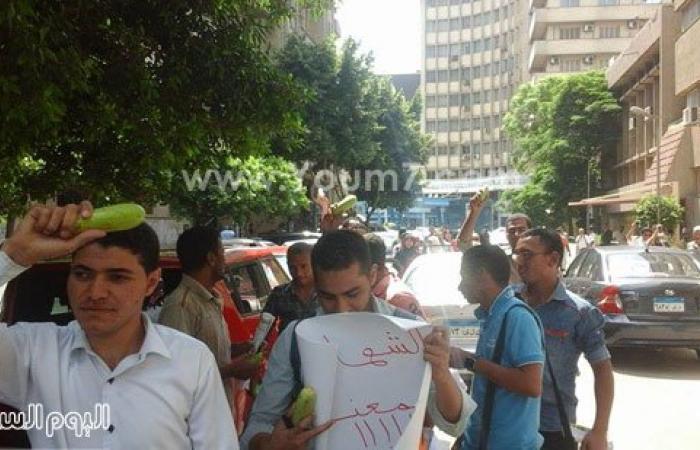 """بالصور.. أوائل الخريجين يرفعون الكوسة أمام """"الوزراء"""" للمطالبة بالتعيين"""