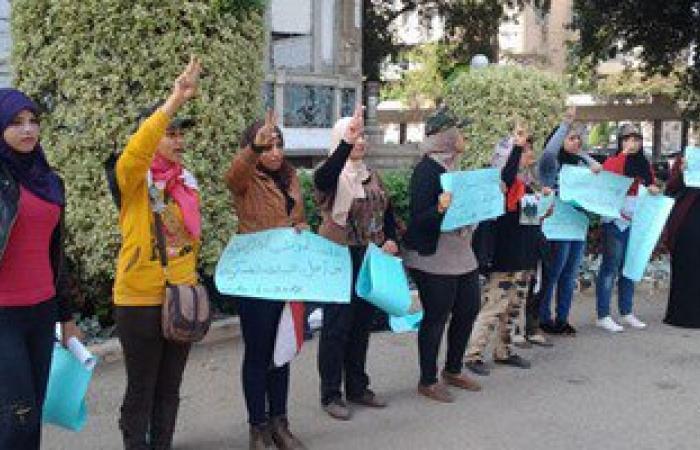 """""""مجندة مصرية"""" تستعد للاحتفال بـ""""30 يونيو"""" بتوزيع الاستمارات على المواطنين"""