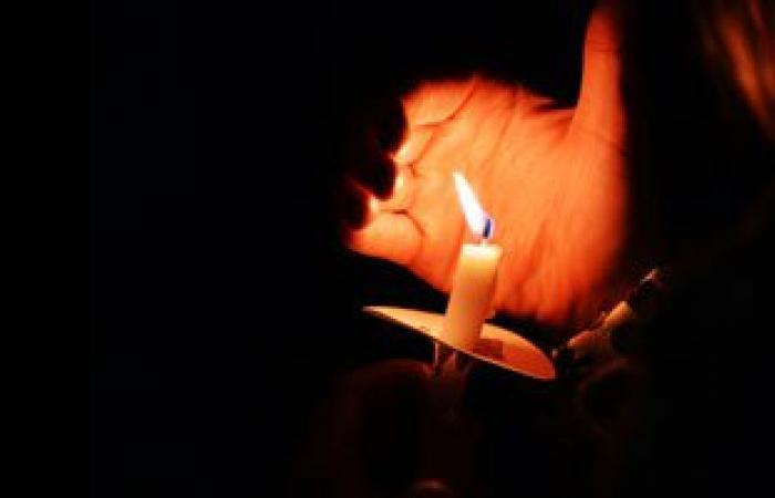 أهالى المرج يؤدون صلاة الفجر على أضواء الشموع