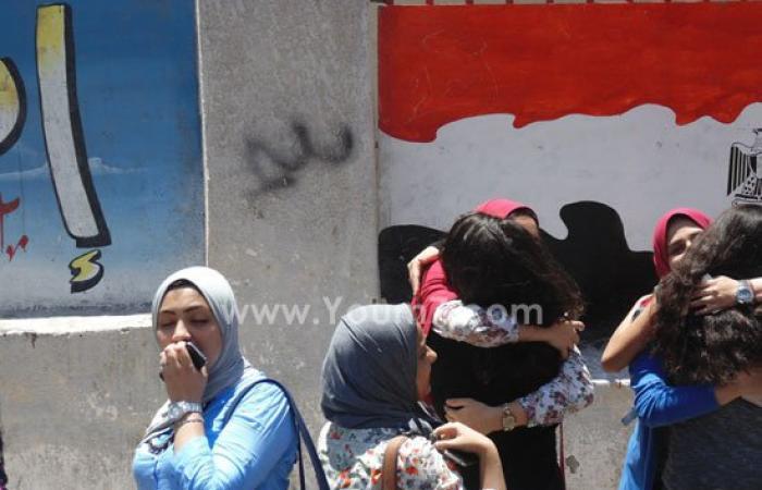 """بالصور..طلاب الثانوية بالإسكندرية ينهون الامتحانات بالأحضان و""""السيلفى """""""