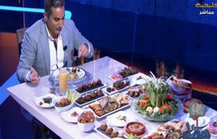 """باسم يوسف يفاجئ جمهوره بتناول السحور على الهواء.. ويؤكد: أنا """"نباتى"""""""