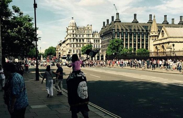 """بالصور.. رجل وابنته يتجولان فى شوارع لندن بأعلام تنظيم """"داعش"""""""