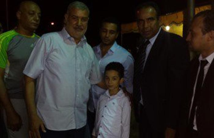 رئيس مجلس أمناء العاشر من رمضان يمنح ابن الشهيد أحمد دردير شقة