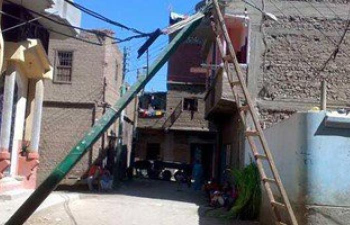 سقوط عمود إنارة وسط شارع بقرية الحجز بالبلينا يعرض حياة المواطنين للخطر