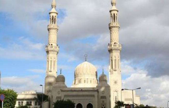 مواطنون يتوافدون على ساحة مسجد عمر مكرم لصلاة العيد والأمن ينتشر بالتحرير