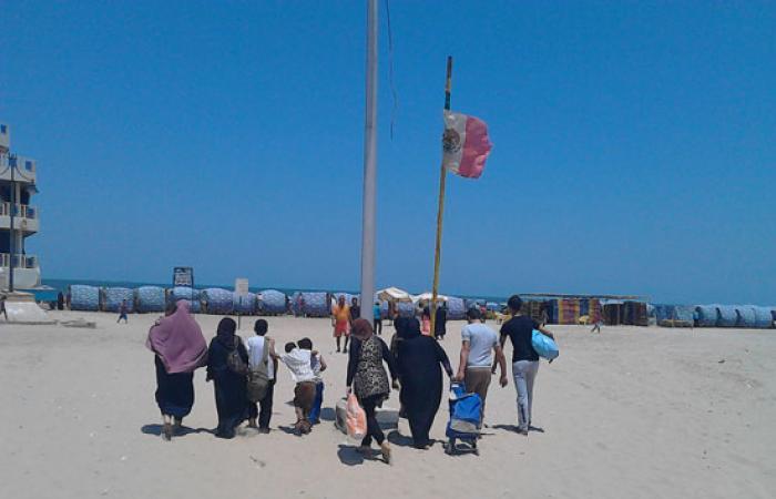 بالصور..الأهالى يحتفلون بالعيد على شاطئ بورسعيد هربا من حرارة الجو