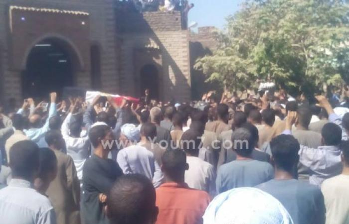 بالصور.. أهالى الأقصر يودعون النقيب مصطفى حجاج شهيد حادث سيناء الإرهابى