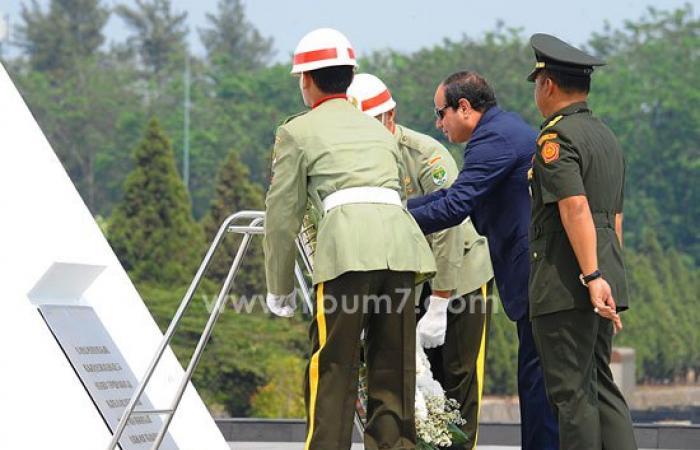 ننشر صور وضع الرئيس السيسى إكليلا من الزهور على المقبرة الوطنية بإندونيسيا