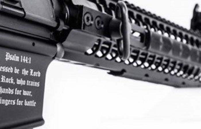 تاجر أسلحة متعصب يصنع سلاحا محفورا عليه آيات الكتاب المقدس كى لا يمسه مسلم