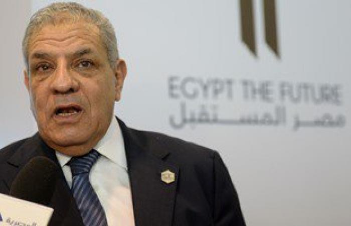 محلب يهدى بطل مصر فى رمى الرمح مصحفاً.. ويؤكد: نحن فخورون به