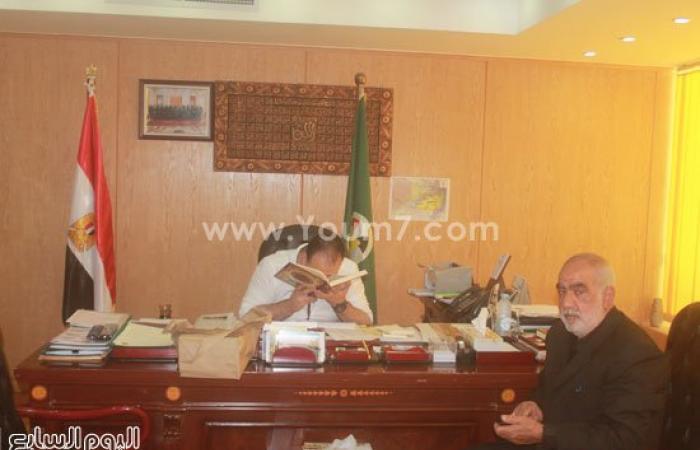 والد الشهيد أبو شقرة يهدى محافظ الفيوم مصحفًا بعد إطلاق اسمه على شارع