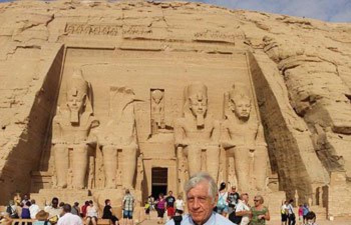 وفد من التلفزيون الألمانى يصور حلقة عن النيل داخل معبد أبو سمبل