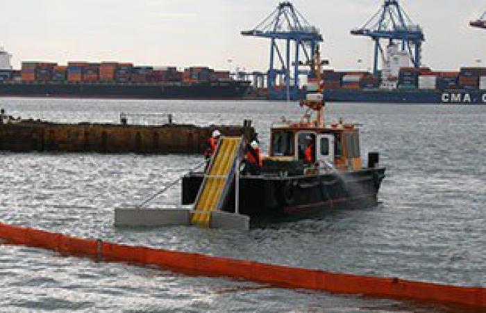 مناورة تدريبية للسيطرة على بقعة زيت بميناء دمياط