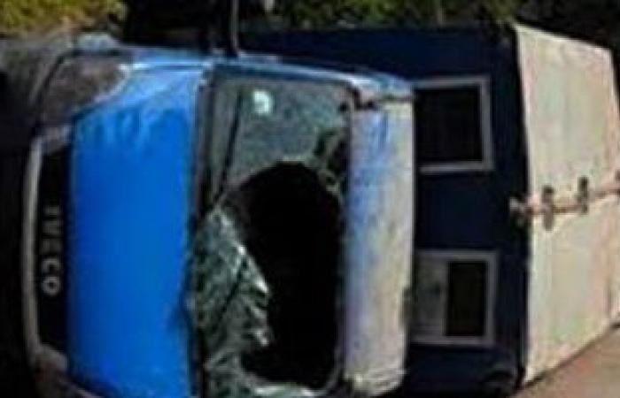 إصابة 17 سجينا و5 شرطيين بينهم ضابط فى انقلاب سيارة ترحيلات بالوادى الجديد