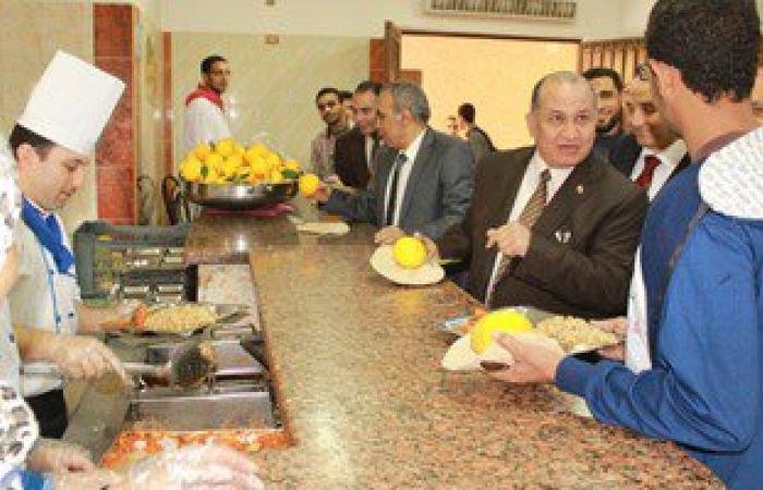 بالصور..رئيس جامعة طنطا يتفقد المدن الجامعية ويشارك الطلاب تناول الغداء
