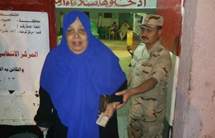 بالصور.. رجال القوات المسلحة يساعدون كبار السن على الإدلاء بأصواتهم بشبرا