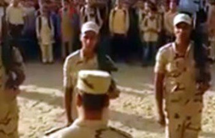 تداول فيديو لضباط وجنود يحيون العلم بمدرسة عقب انتهاء عملية الانتخابات