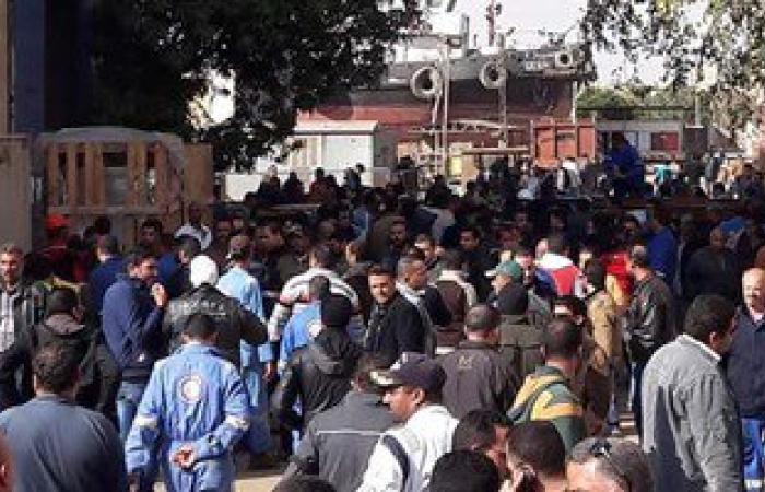 عمال ترسانة السويس: بناكل جبنه وفول ومستمرون فى اعتصامنا حتى تحقيق مطالبنا