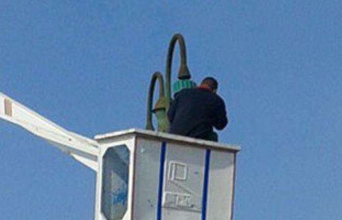 بالصور..حى وسط بالإسكندرية يشن حملة لصيانة أعمدة الإنارة وإزالة الحواجز الحديدية