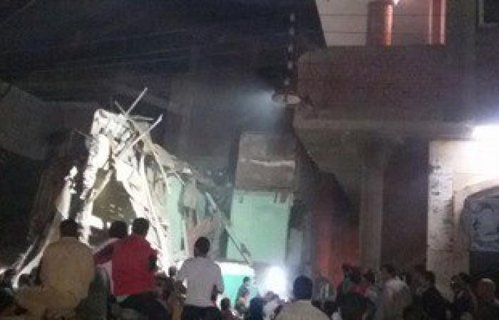 بالصور.. إنقاذ أسرة من تحت أنقاض منزل انهار عليهم بالقليوبية