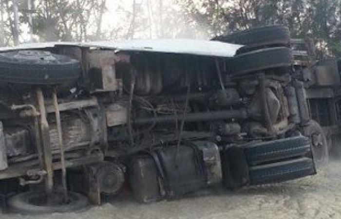 مصرع 3 أشخاص وإصابة آخر فى انقلاب سيارة محملة بالطوب بالبحيرة
