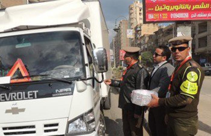 بالصور.. شرطة الفيوم توزع حلوى المولد على المواطنين بالشوارع