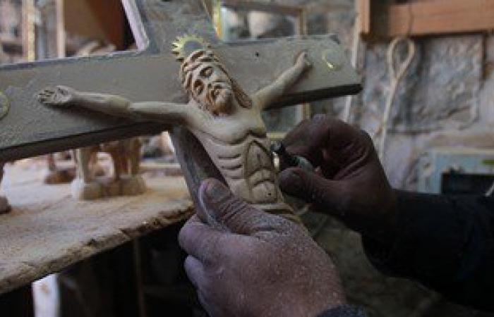 """بالصور.. نحت مجسمات السيد""""المسيح"""" على الخشب قبل أعياد الميلاد فى بيت لحم"""