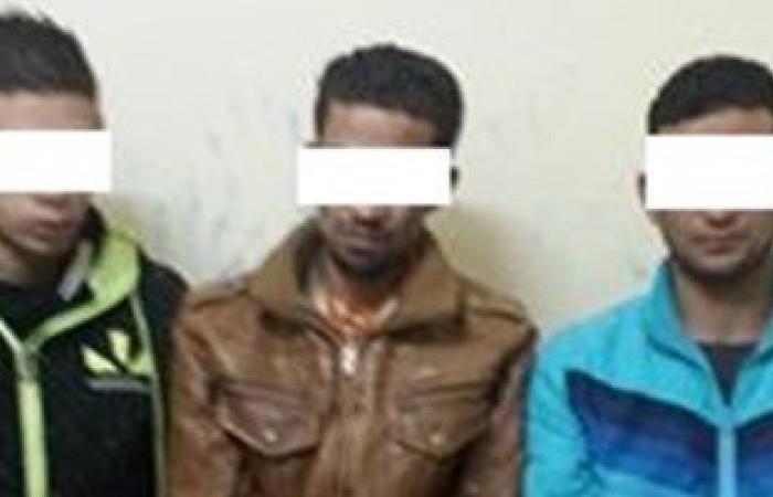 القبض على 3 عاطلين لاتهامهم بحيازة مواد مخدرة بالجيزة
