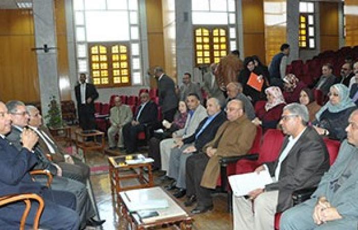 رئيس جامعة المنوفية يلتقى بمديرى العموم وأمناء الكليات