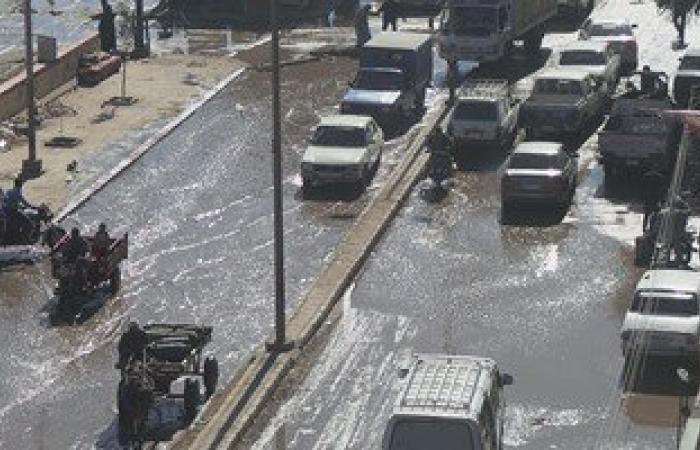 بالصور والفيديو.. غرق قضبان السكة الحديد بالمياه نتيجة كسر ماسورة بأسوان
