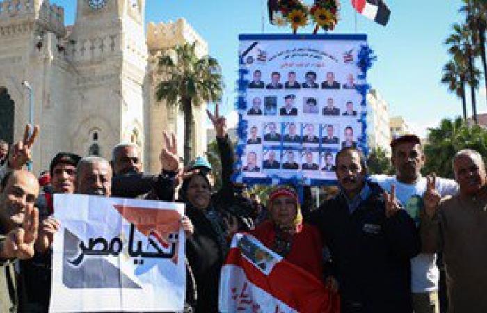 بالصور.. متظاهرو القائد إبراهيم يرفعون صور شهداء الشرطة