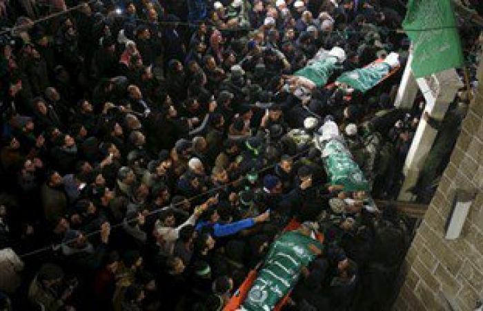 بالصور.. مئات الفلسطينيين يشيعون جثامين 7 قتلى من حماس فى غزة