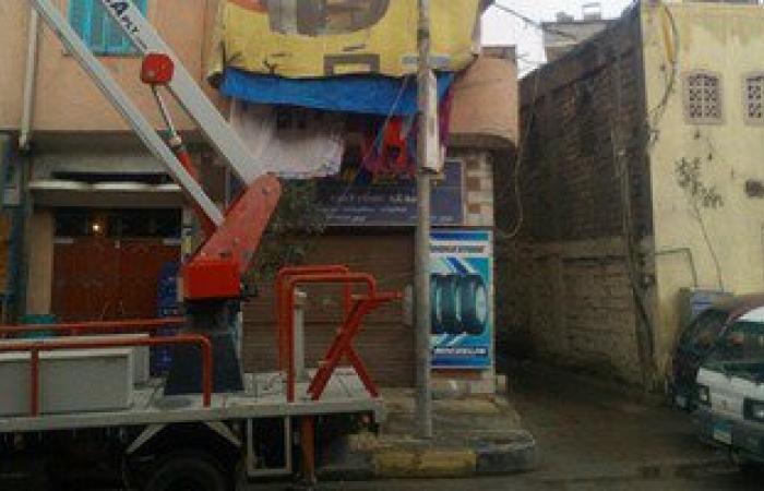 بالصور.. حى غرب يجرى أعمال صيانة لأعمدة الكهرباء والطرق