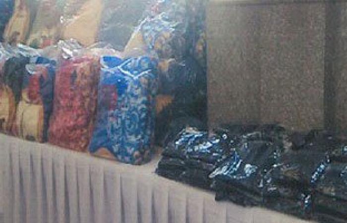 بالصور..الداخلية توزع 700 بطانية و1275قطعة قماش وأجهزة كهربائية لأسر السجناء