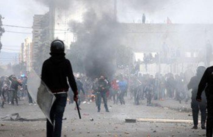 تونسيون يغلقون الطريق بمنطقة المساترية احتجاجًا على وفاة سجين
