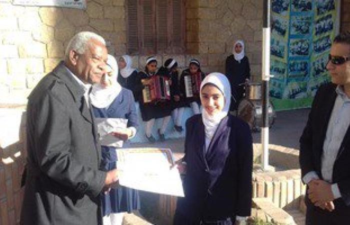 وكيل وزارة التربية والتعليم بالإسماعيلية يكرم طالبتين بمدرسة صفية زغلول