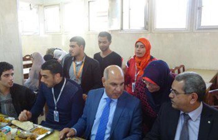 بالصور.. رئيس جامعة كفر الشيخ يتناول الطعام مع طلاب الجامعات